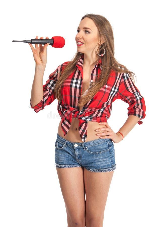 Karaoke de chant de femme avec le microphone photographie stock
