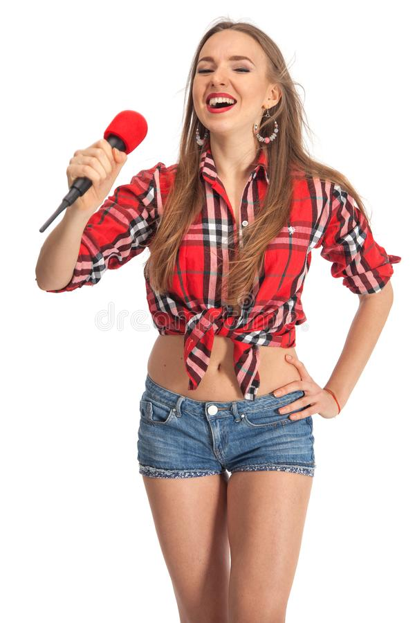 Karaoke de chant de femme avec le microphone photos stock