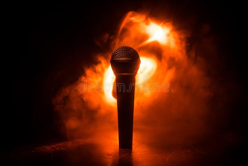 Karaoke de microphone, concert MIC audio vocale dans la faible luminosit? avec le fond brouill? Musique en direct, ?quipement aud image stock