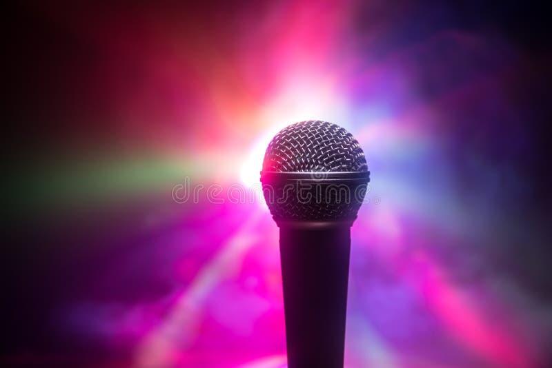 Karaoke del microfono, concerto Audio mic vocale alla scarsa visibilit? con fondo vago Musica in diretta, audio attrezzatura Conc immagini stock libere da diritti