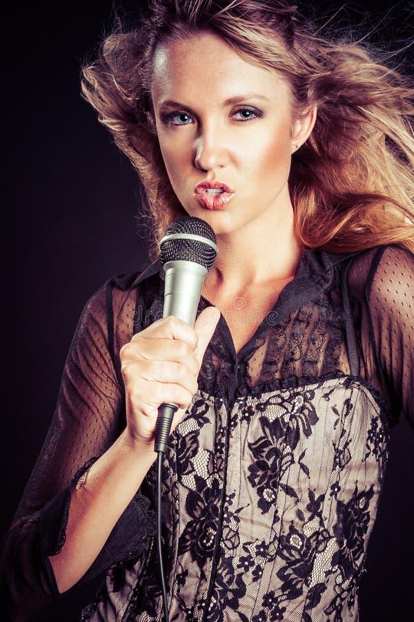 Karaoke di canto della donna immagine stock