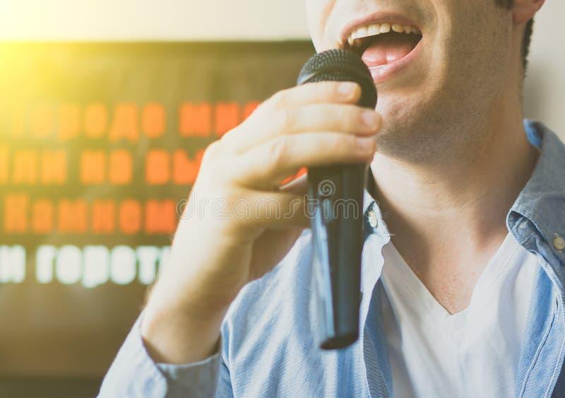 Karaoke do canto do homem fotos de stock