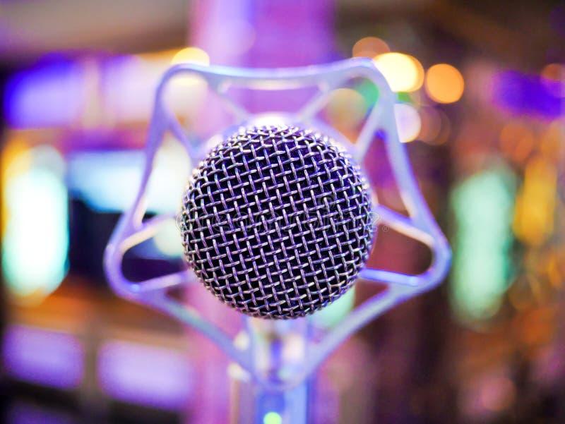 Karaoke dynamiczny mikrofon na kolorowym tle w świetlicowym zakończeniu w górę obraz stock