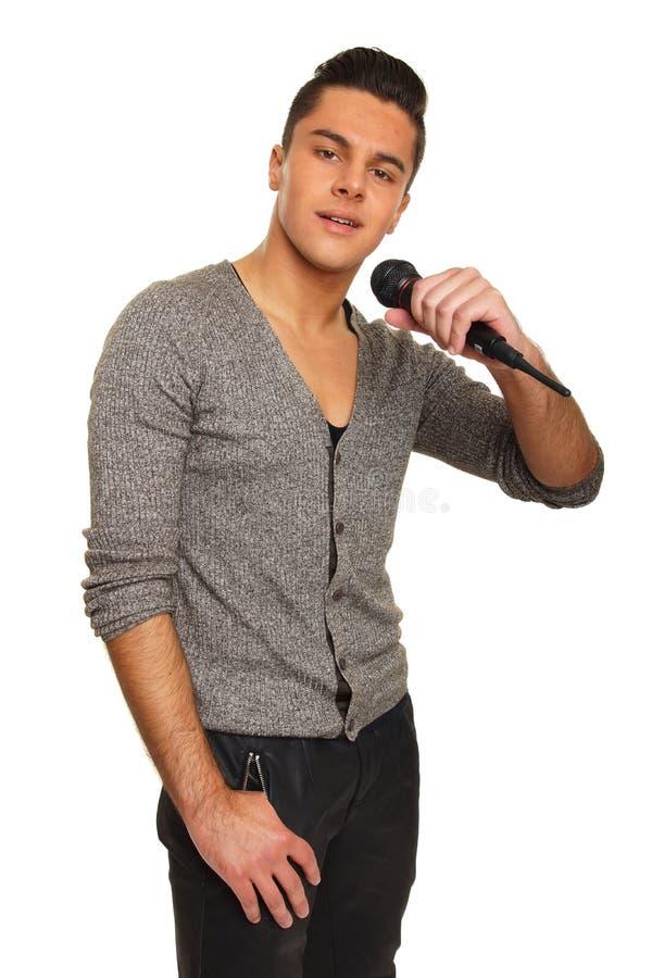 Karaoke met de jonge mens stock foto's