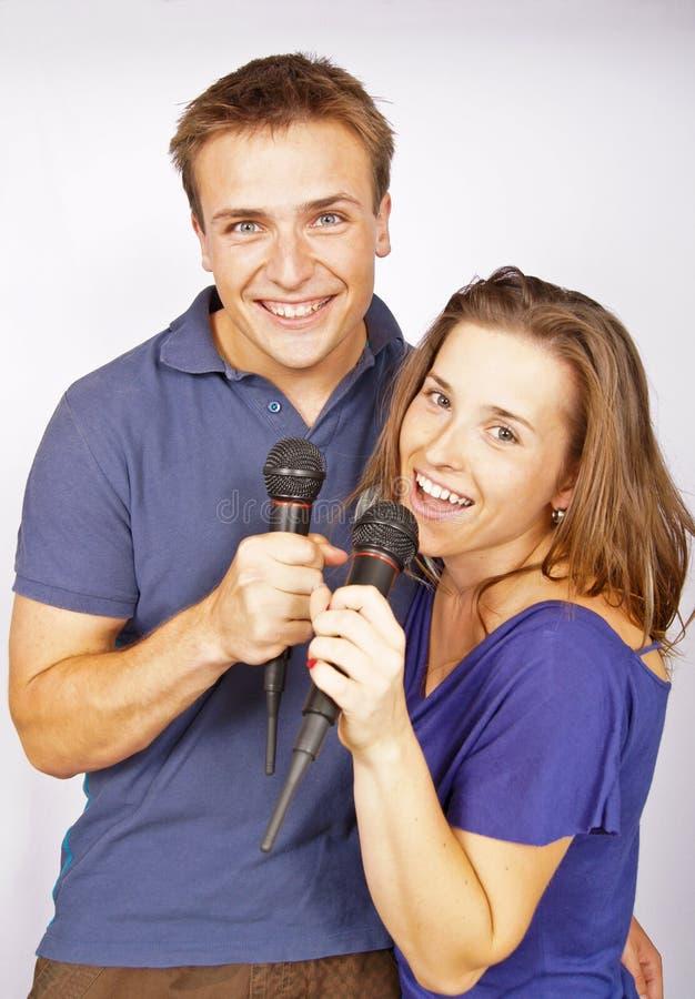 Karaoke met jong paar stock afbeelding