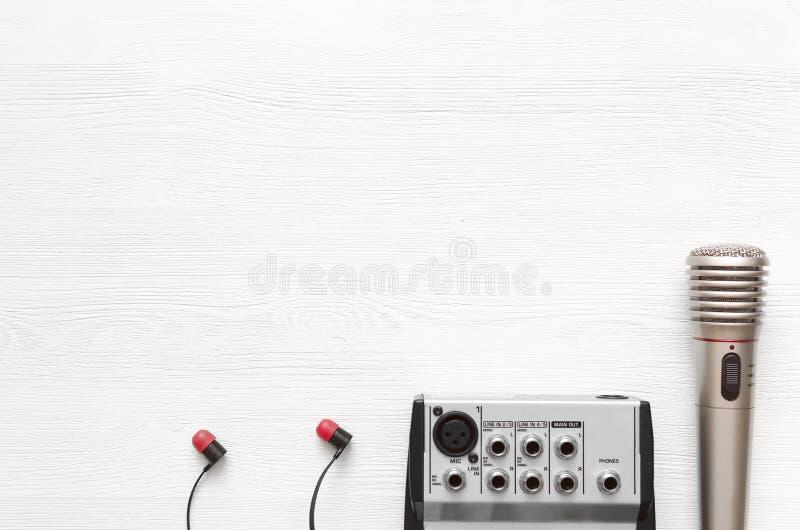 karaoke Mikrofon Bakgrund för studio för solid inspelning Utrymme för sånglyrisk diktkopia arkivfoton
