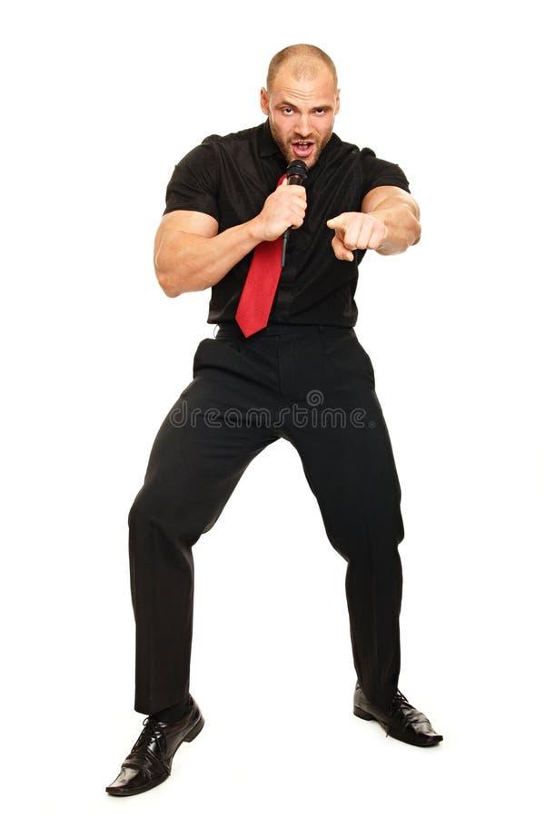 Karaoke mit großem Mann lizenzfreies stockbild