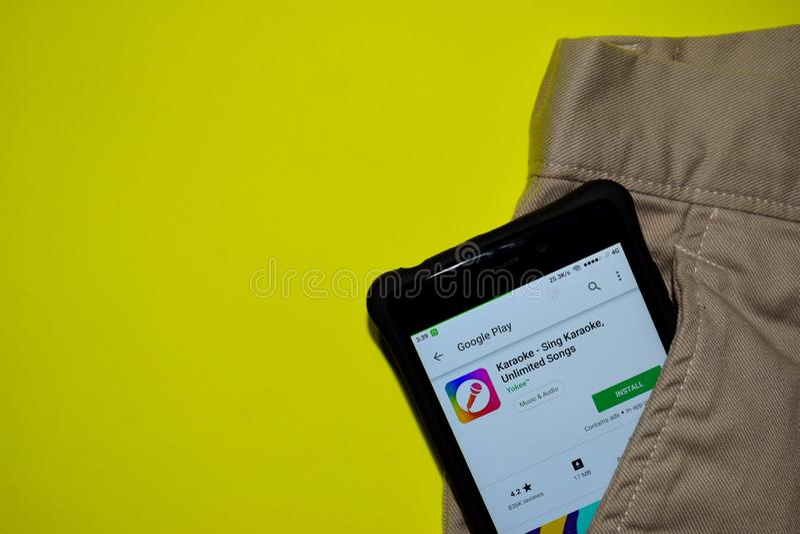 Karaoke - zing Karaoke, Onbeperkte Lied dev toepassing op Smartphone-het scherm stock fotografie