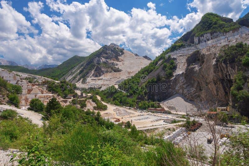 KARARYJSKI, WŁOCHY, Maj - 20, 2018: Marmurowi łupy w Apuan Alps zbliżają Kararyjskiego, Massa Kararyjski Włochy region fotografia stock