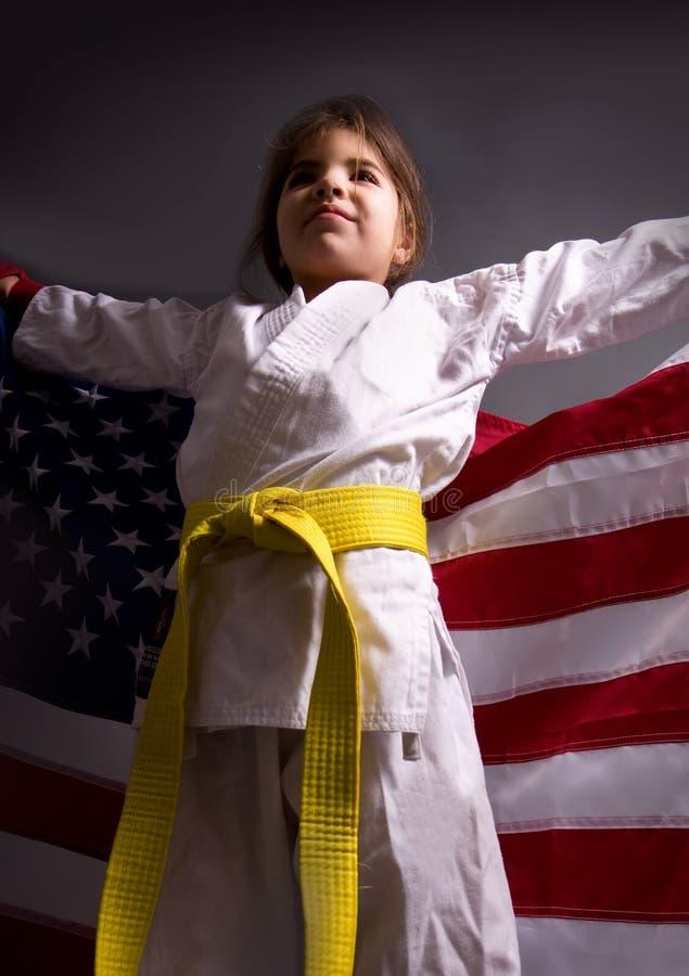 Karaté de fille avec un drapeau images stock