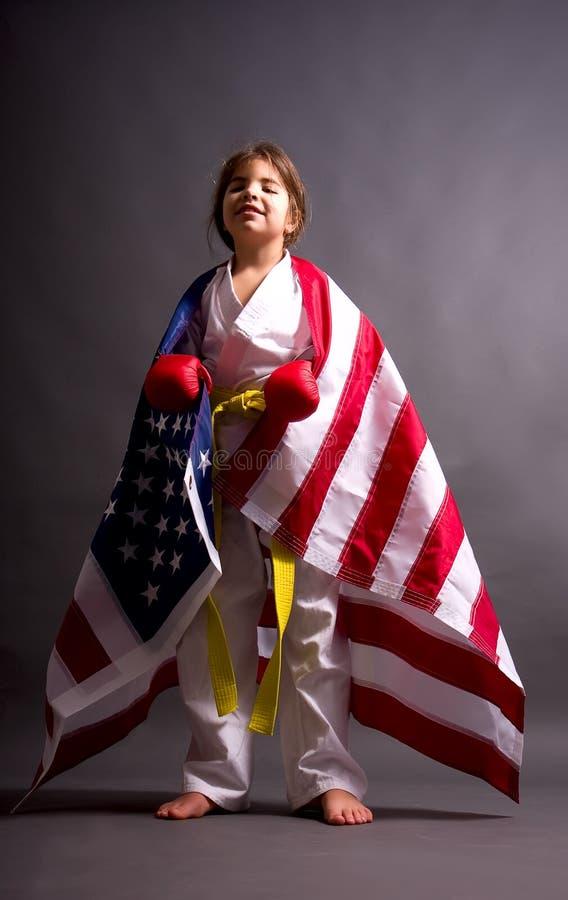 Karaté de fille avec un drapeau image libre de droits