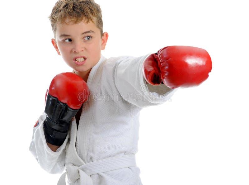 Karaté novo do treinamento do menino. imagem de stock royalty free