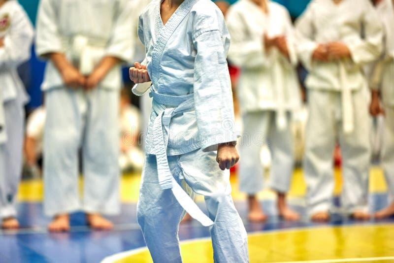 Karat? do conceito, artes marciais Conceito da liderança, vitória, artes marciais O lutador executa exercícios na frente da imagens de stock