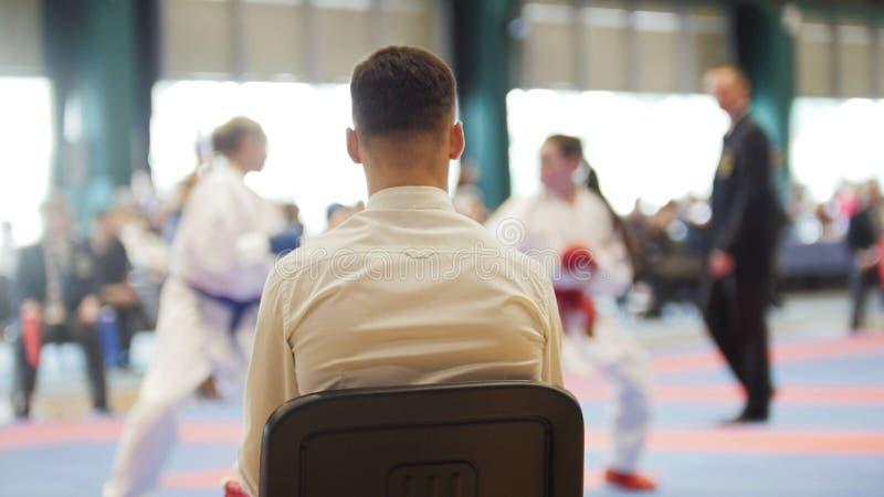 Karate ανταγωνισμών πολεμικής τέχνης - η κρύπτη εξετάζει τη θηλυκή karate εφήβων ` s πάλη στοκ εικόνα
