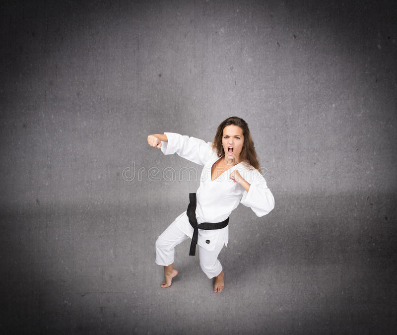 Karate κορίτσι έτοιμο να χτυπήσει στοκ φωτογραφίες με δικαίωμα ελεύθερης χρήσης