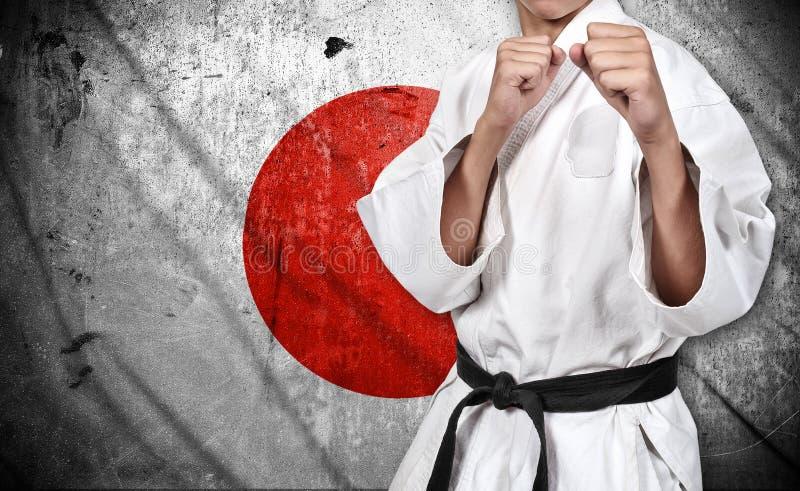 Karate μαχητής και σημαία της Ιαπωνίας στοκ φωτογραφίες με δικαίωμα ελεύθερης χρήσης