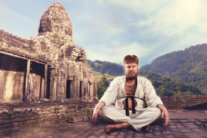 Karate μαχητής με τα διασχισμένα πόδια στοκ φωτογραφία με δικαίωμα ελεύθερης χρήσης