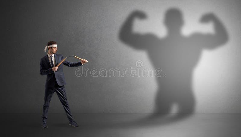 Karate πάλη ατόμων με μια μεγάλη τρομακτική σκιά στοκ φωτογραφίες
