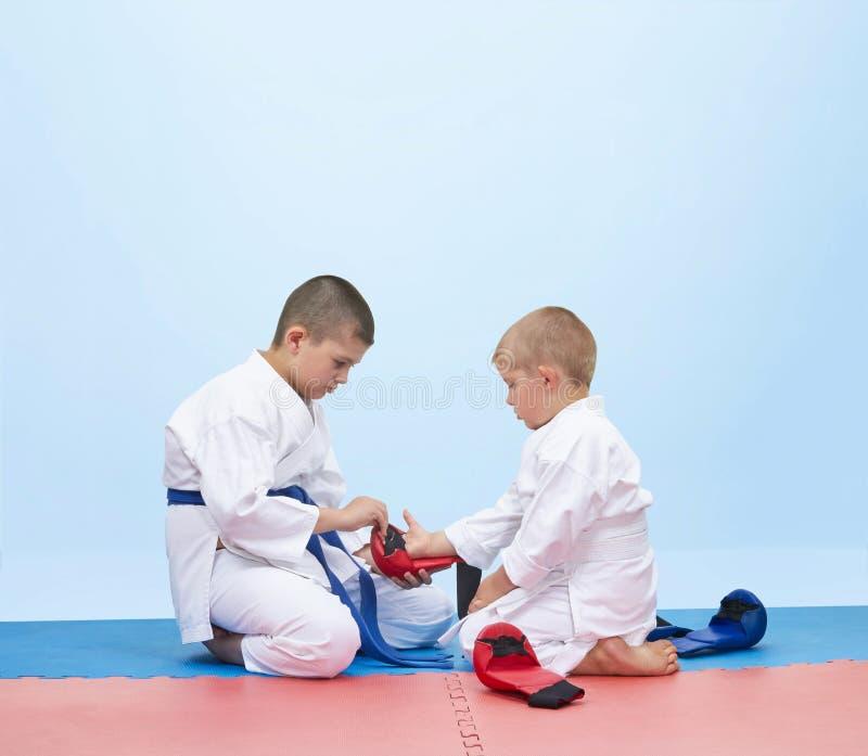 Karate atleta ubierać narzuty inna atleta obrazy royalty free
