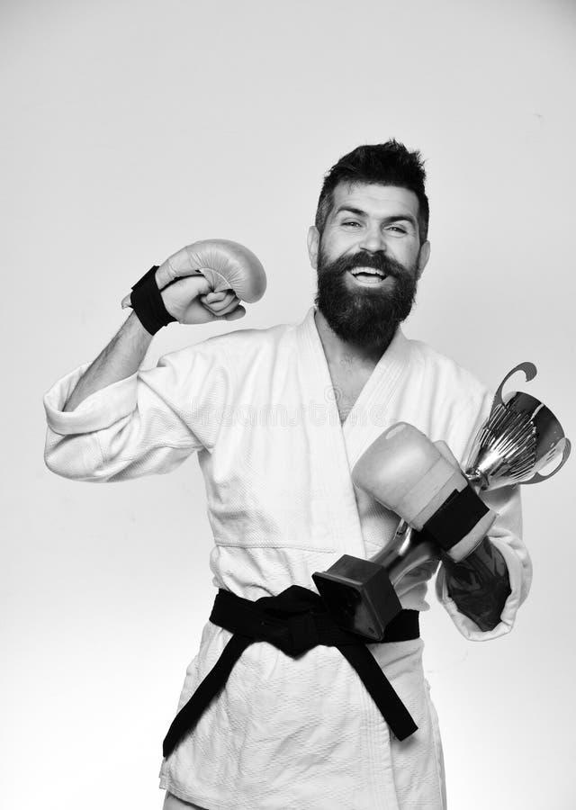 karate Concetto giapponese di arti marziali Il padrone di combattimento celebra la vittoria fotografia stock