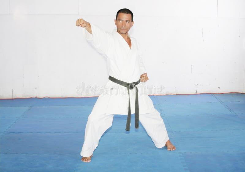 Karate del entrenamiento del hombre en el gimnasio fotos de archivo
