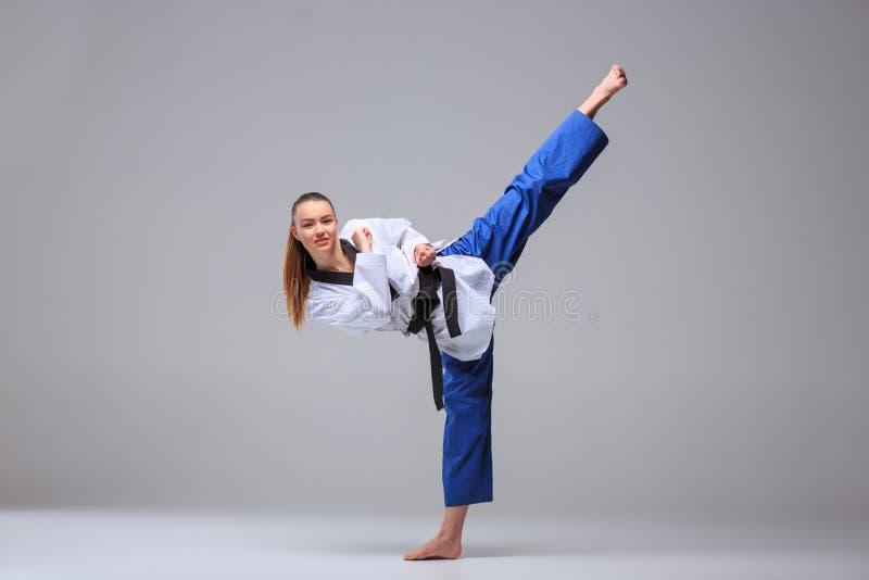 Karate dziewczyna z czarnym paskiem obraz stock