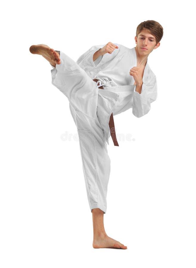karate Ein Mann führt einen Durchschlag durch Getrennt auf weißem Hintergrund lizenzfreie stockbilder