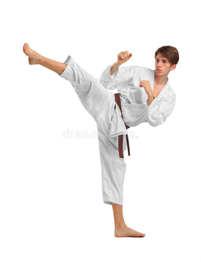 karate Ein Mann führt einen Durchschlag durch Getrennt auf weißem Hintergrund stockbild
