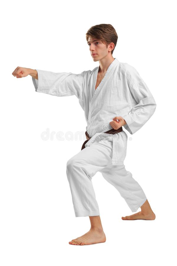 karate En man utför en stansmaskin bakgrund isolerad white arkivbild