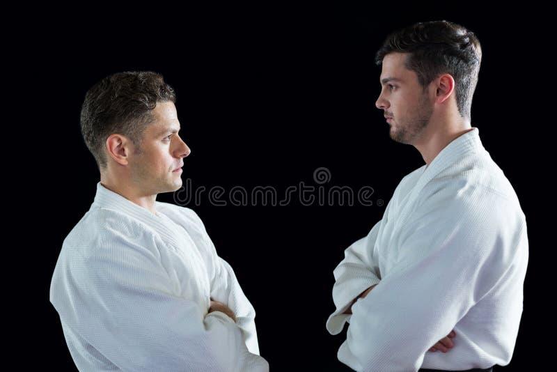 Karate gracze stoi z rękami krzyżować obrazy stock