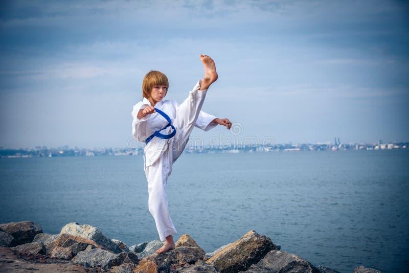 Karate joven del entrenamiento del muchacho foto de archivo
