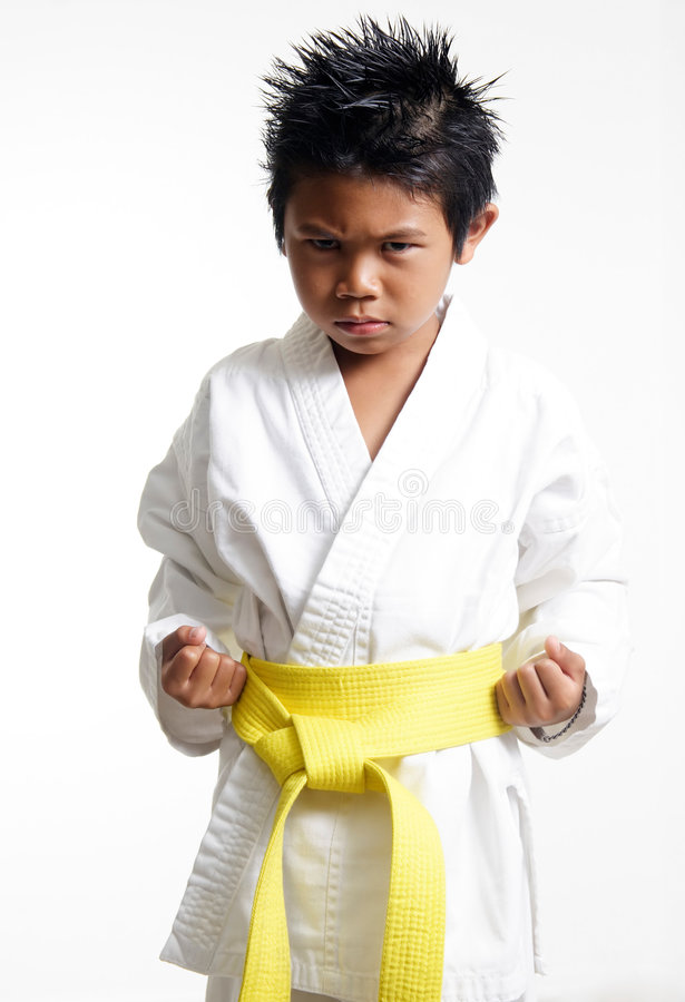 Karate Kid avec la courroie jaune photo stock