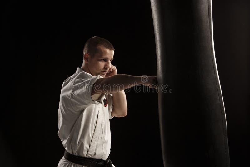 Karate kopie wewnątrz uderza pięścią torbę zdjęcie royalty free