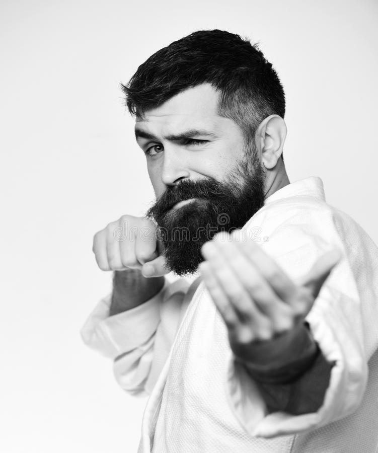 Karate mężczyzna z flirty twarzą w mundurze Taekwondo mistrza praktyk atak i prowokuje walkę zdjęcia royalty free