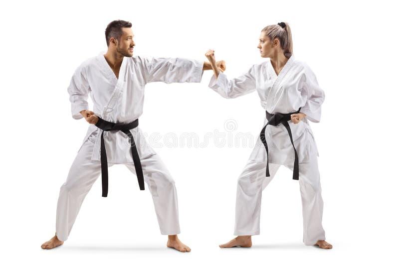 Karate practicante del hombre y de la mujer imagen de archivo