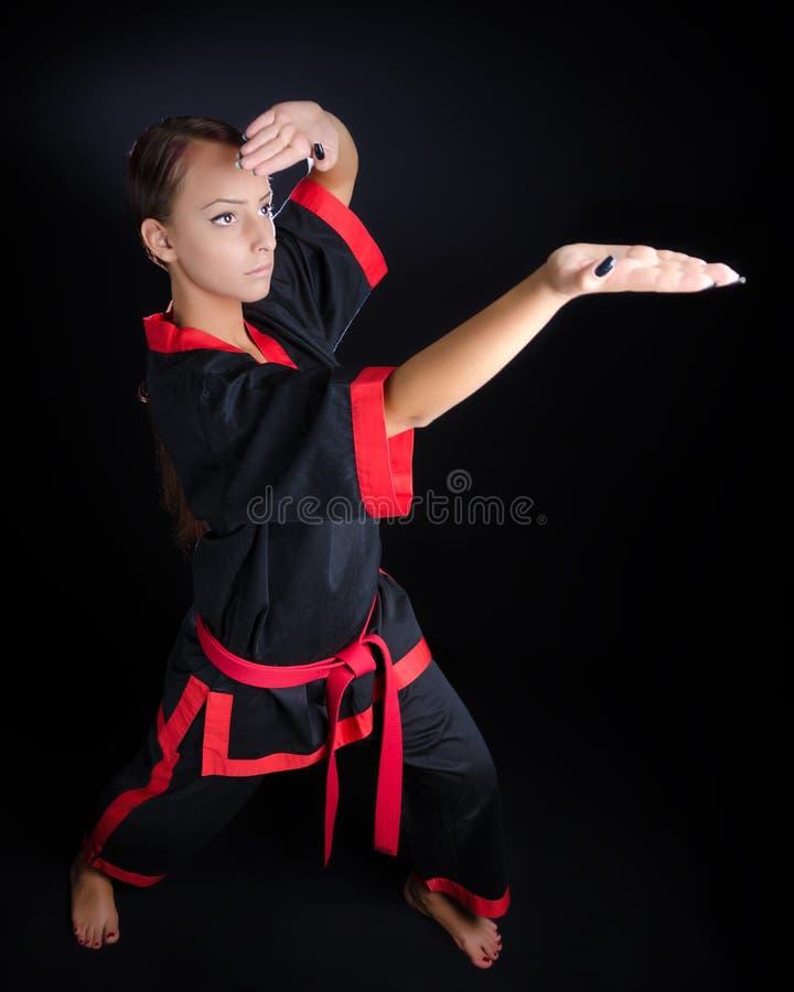 Karateflicka i kimono royaltyfri foto