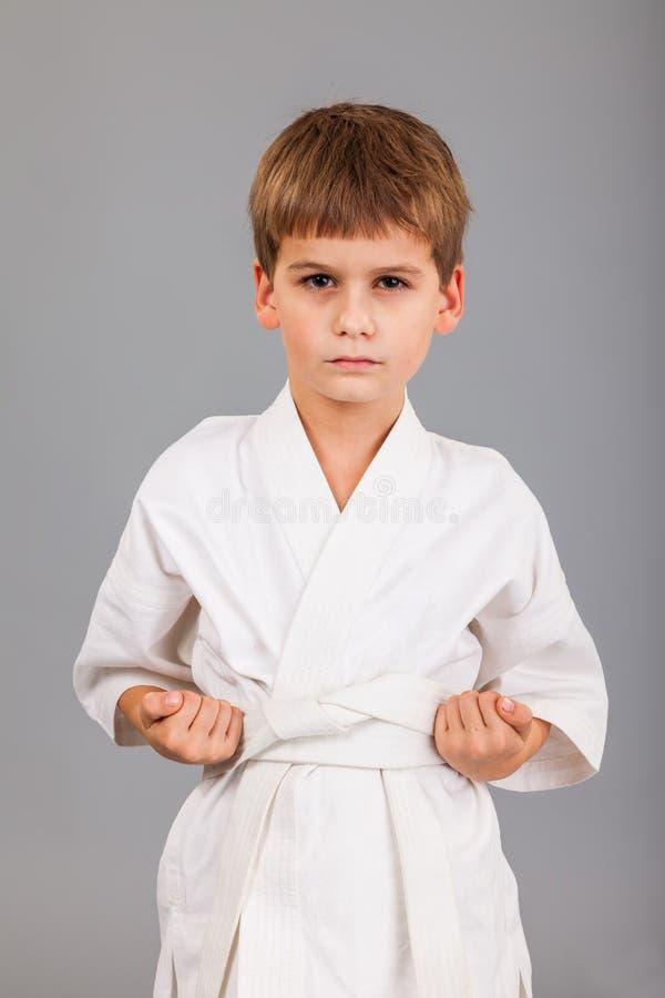 Karatejongen in het witte kimono vechten royalty-vrije stock foto's