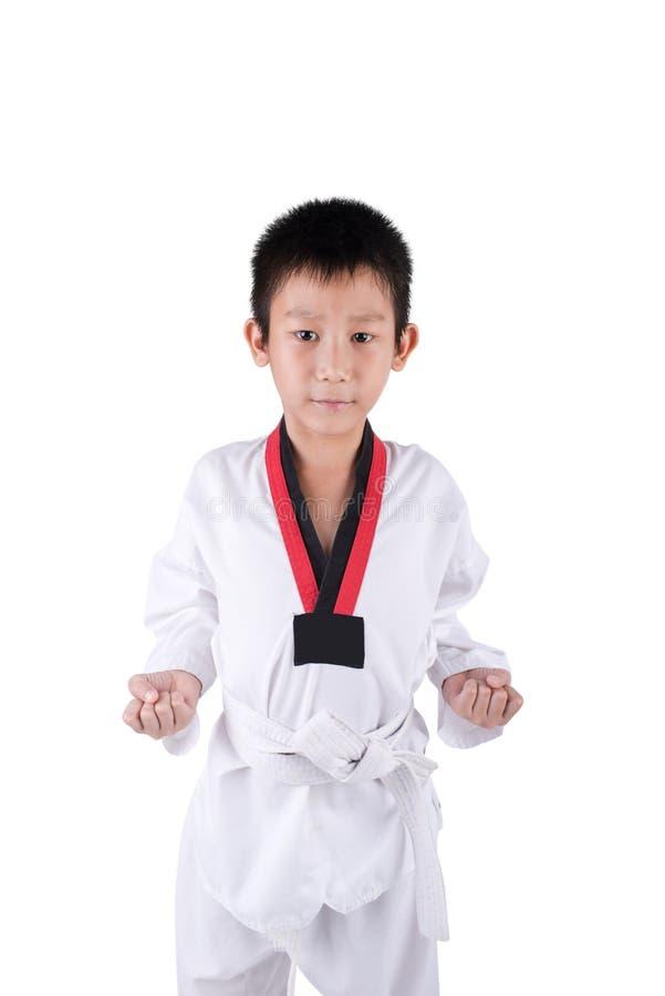 Karatejunge, der auf einem weißen Hintergrund aufwirft lizenzfreies stockbild