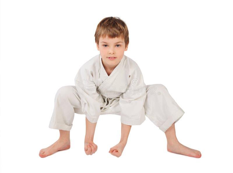Karatejunge im weißen Kimono getrennt stockfotografie