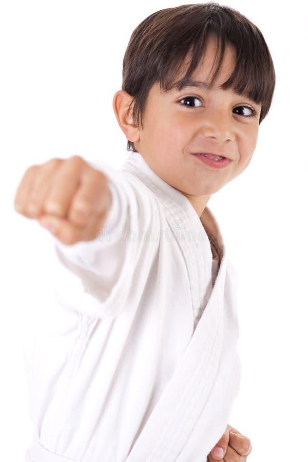 Karatejungen, die Locher geben stockfoto