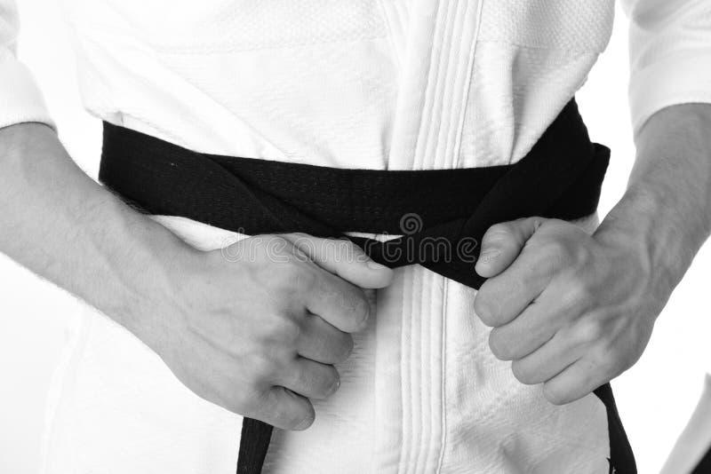 Karatekämpen med starka händer för passformen får klar att slåss Japanskt karate- och sportbegrepp Manlig torso och sportive royaltyfri bild