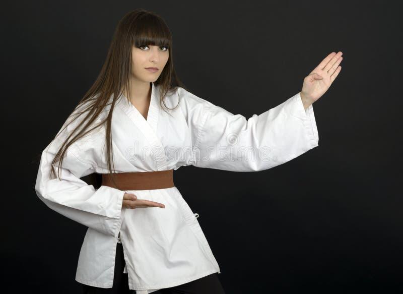 Karateka azjatykcia dziewczyna na czarnym tła studia strzale obraz royalty free