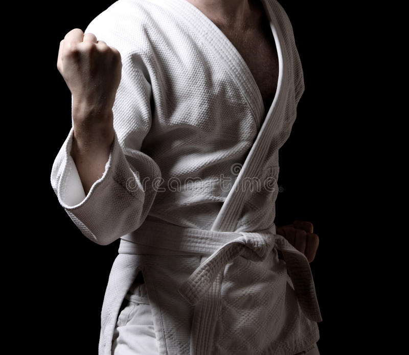 Karateka die op zwarte wordt geïsoleerdu stock foto