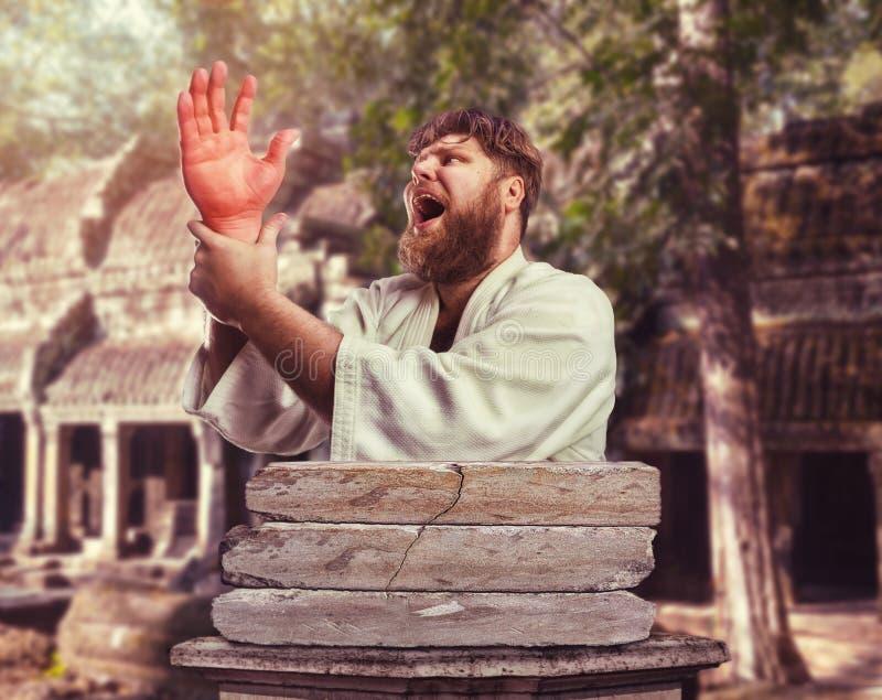 Karateka forte com uma mão ferida foto de stock