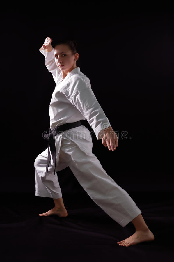 Karateka Mädchen auf schwarzem Hintergrund stockfoto