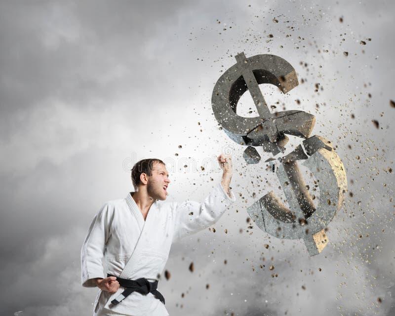Karateman i den vita kiminoen royaltyfria bilder