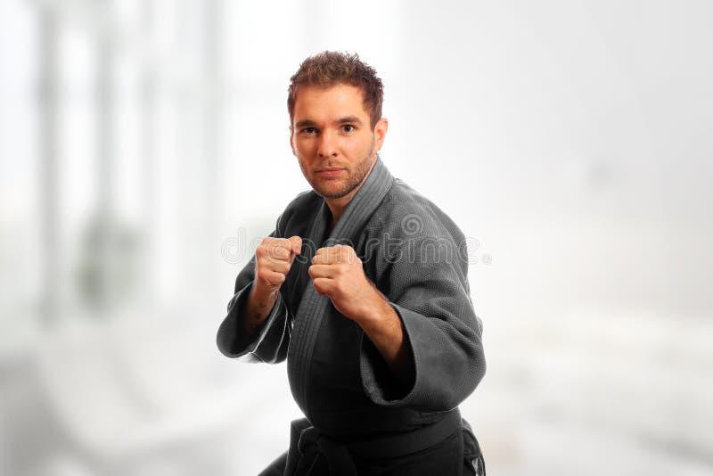 Karateman i en kimono fotografering för bildbyråer