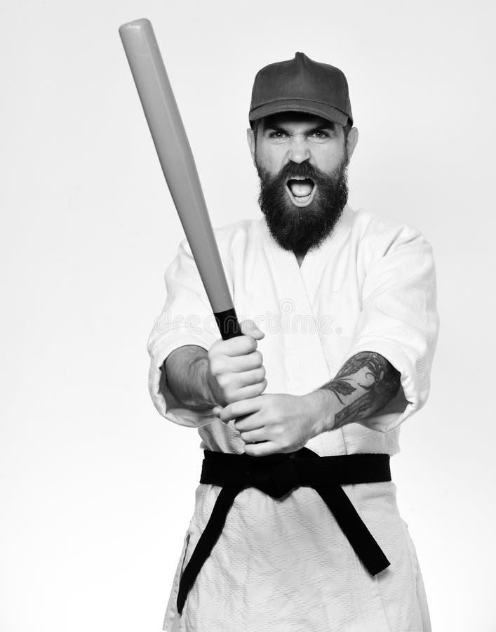 Karatemannen med att rasa framsidahåll gör grön baseballslagträet fotografering för bildbyråer