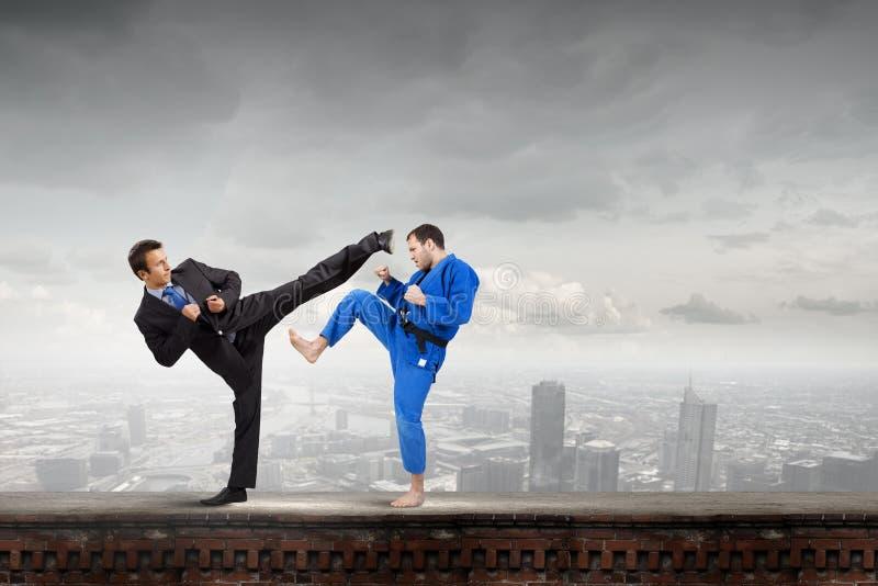 Karatemens in blauwe kimino stock foto