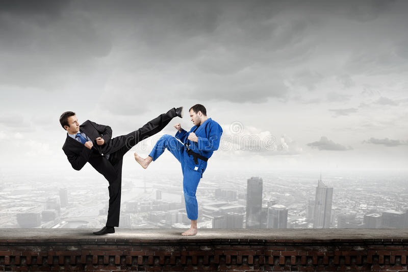 Karatemens in blauwe kimino royalty-vrije stock afbeelding
